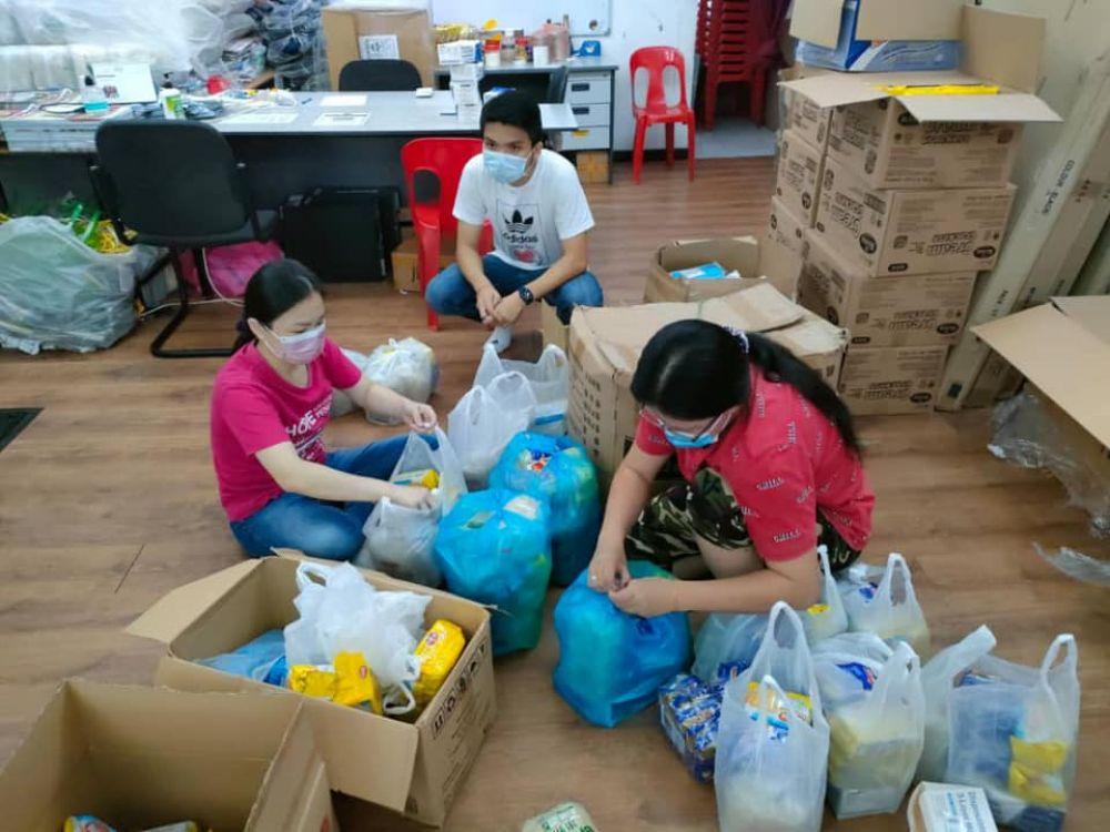 刘强燕(左)在服务中心分配物资,以便可以公平分发给有需要的人。(图:刘强燕脸书)