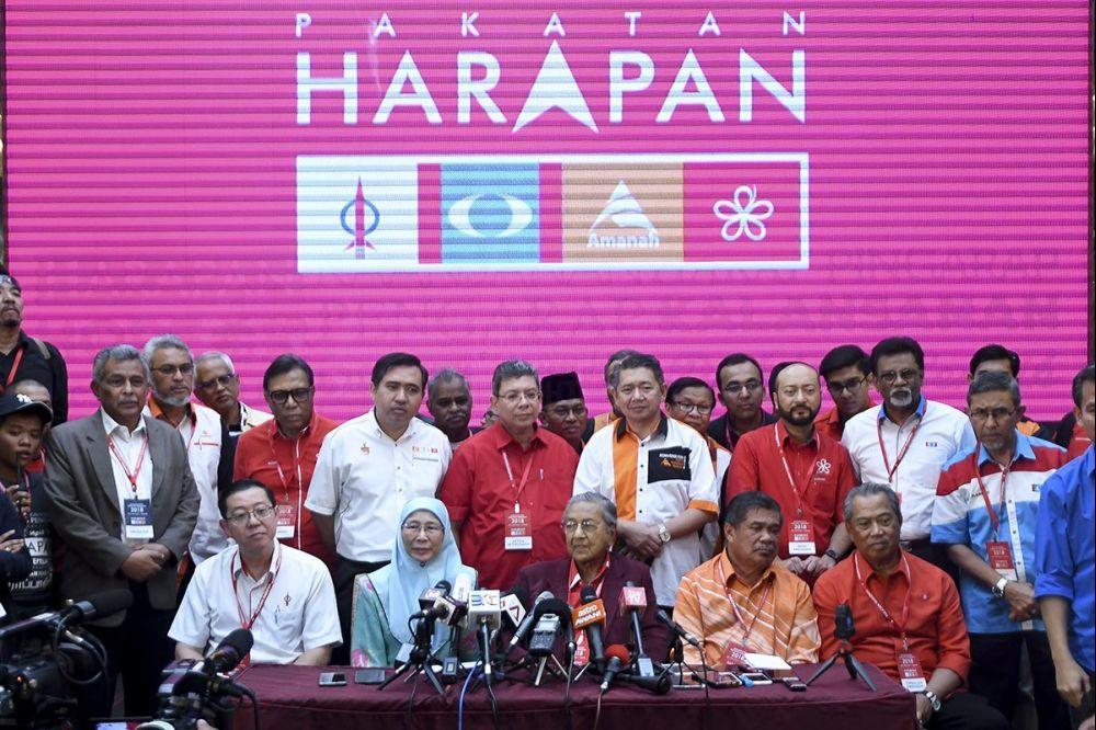 由前首相马哈迪领导的希盟,成功借助民众的力量撼倒老树盘根的国阵政权,缔造历史。(档案照:透视大马)