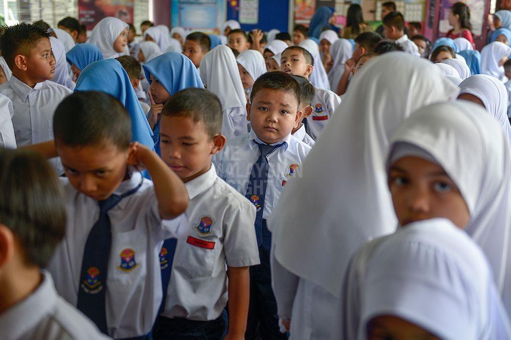 """在四年级马来文课本有24个单元,每个单元都有""""趣味语文""""。当中爪夷文书法的内容只占了162页课本中的6页,一整年的教学将学习5个马来文成语。(档案照:透视大马)"""