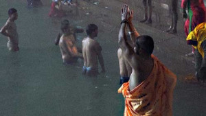 [WATCH] Putting their trust in God, thousands of Hindu pilgrims congregate on river