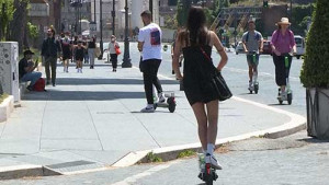 [WATCH] Romans turn to electric scooter as pandemic changes lifestyle